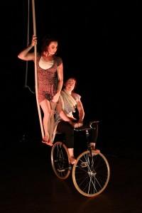 pour velo acrobate Spectacle vélo et fauteuil acrobatiques, corde lisse avec Charlotte KOLLY et Jessica Ros