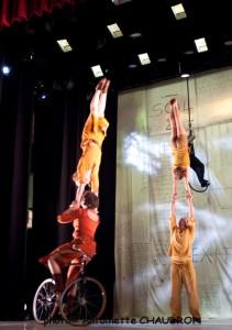 velos-acrobates_Charlotte-Kolly_Claire-Ruiz_TAITEUL_photo-Antoinette-CHAUDRON-01