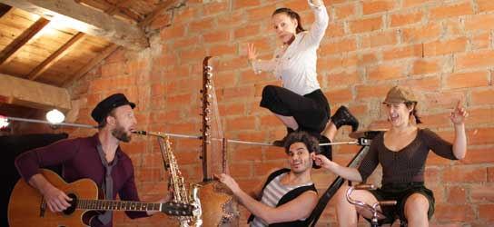 """pour velo acrobate: compagnie """"Gondwana"""", acrobatie désacordée et musique circassienne, Julia Figuière, Charlotte Kolly, Yani Aït-Aoudia, Nicolas Paradis"""