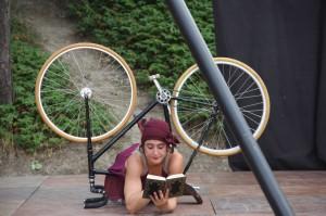 Charlotte Kolly et Walther son vélo acrobatique spectacle Bonneville Les Rétro Cyclettes